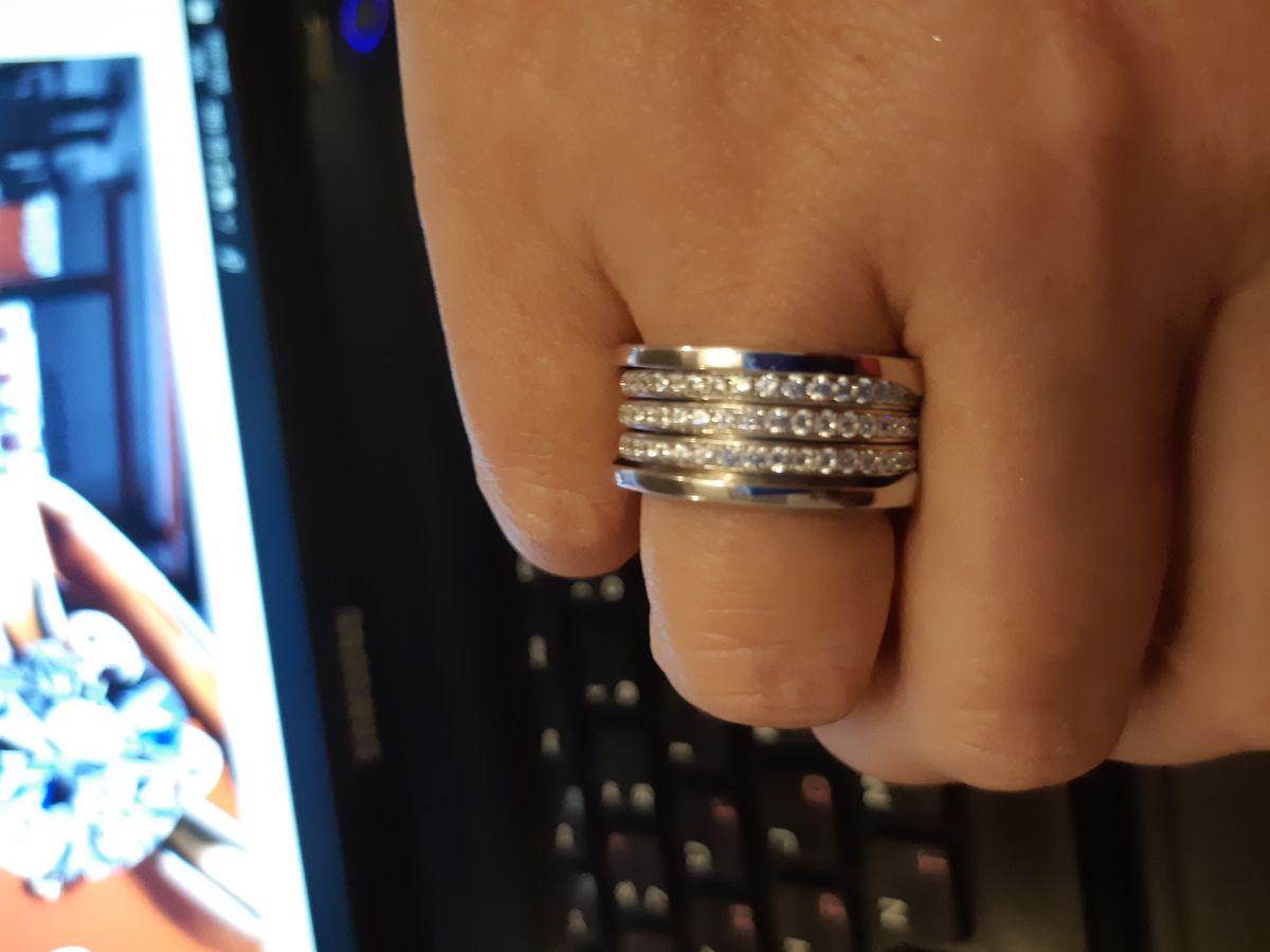 Прекрасное кольцо!Все сверкает и оригинальный дизайн!