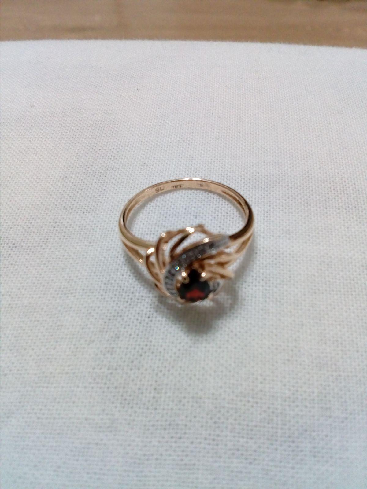 Кольцо с 19 бриллиантами и природным рубином