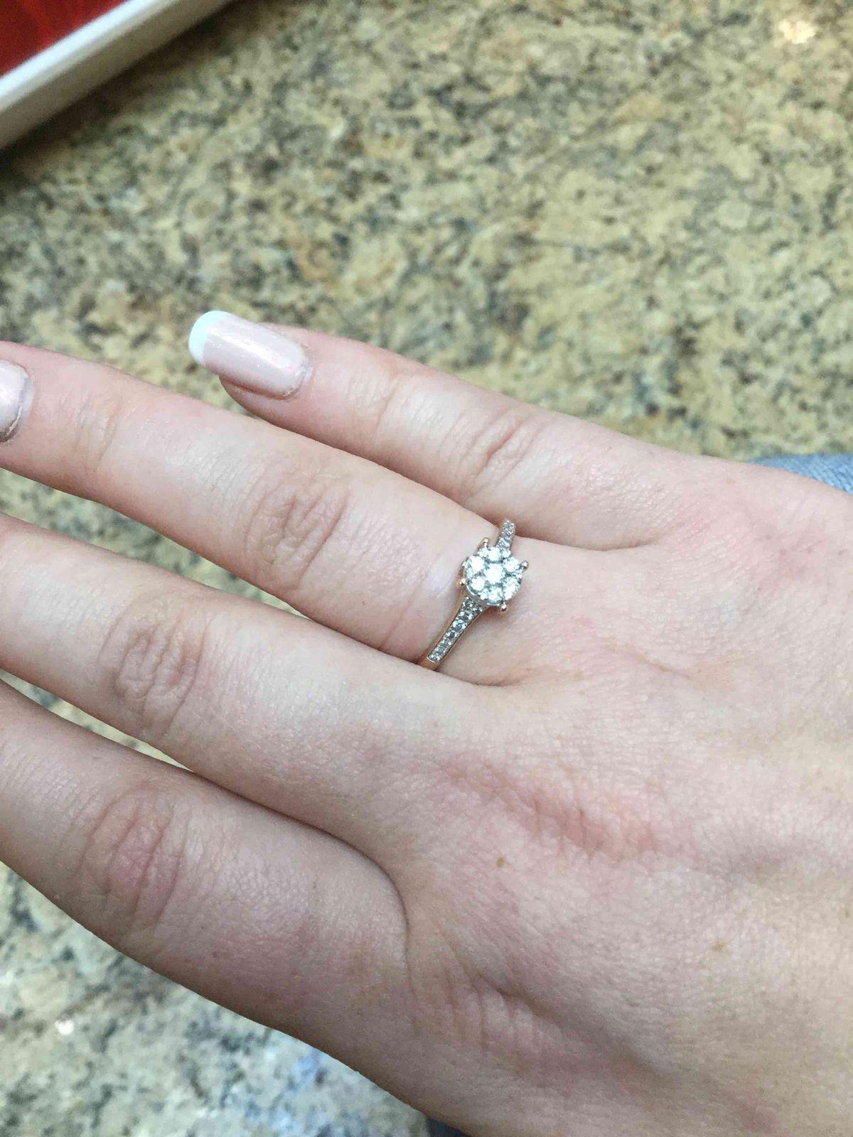 Отличное кольцо на помолвку.)