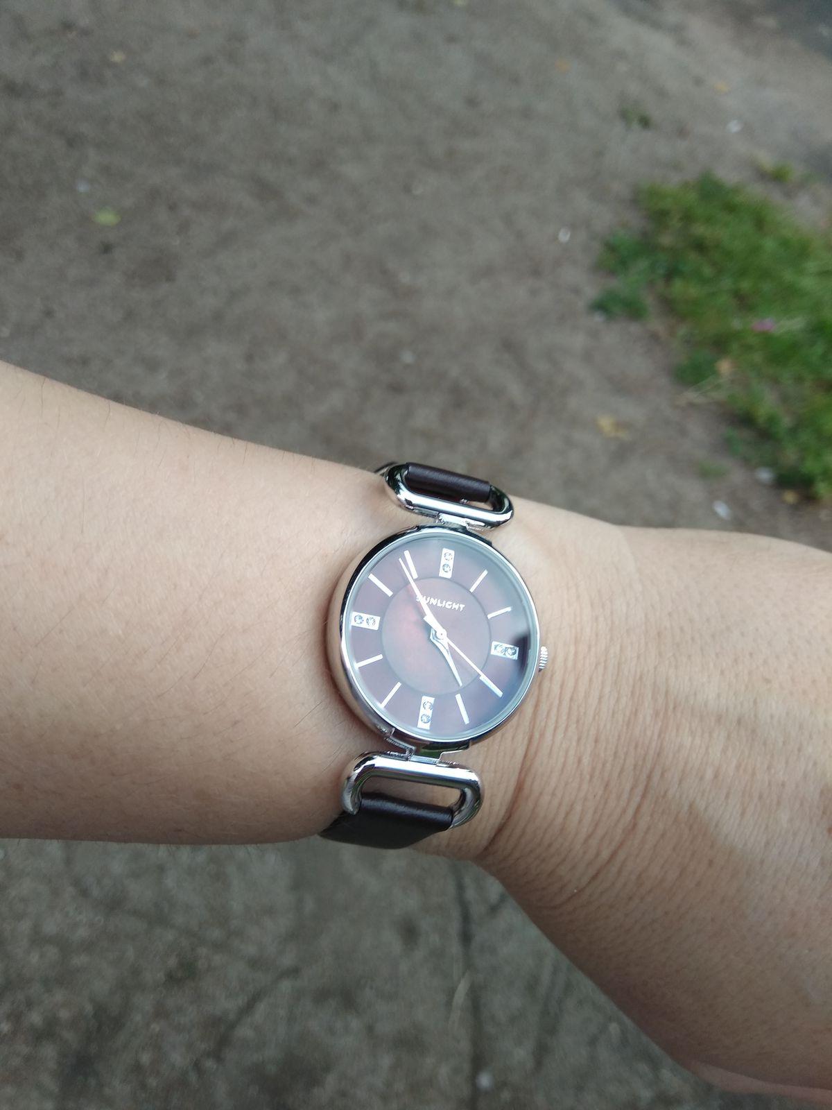 Стильные часы на коричневой ремешке со стразами на циферблате.