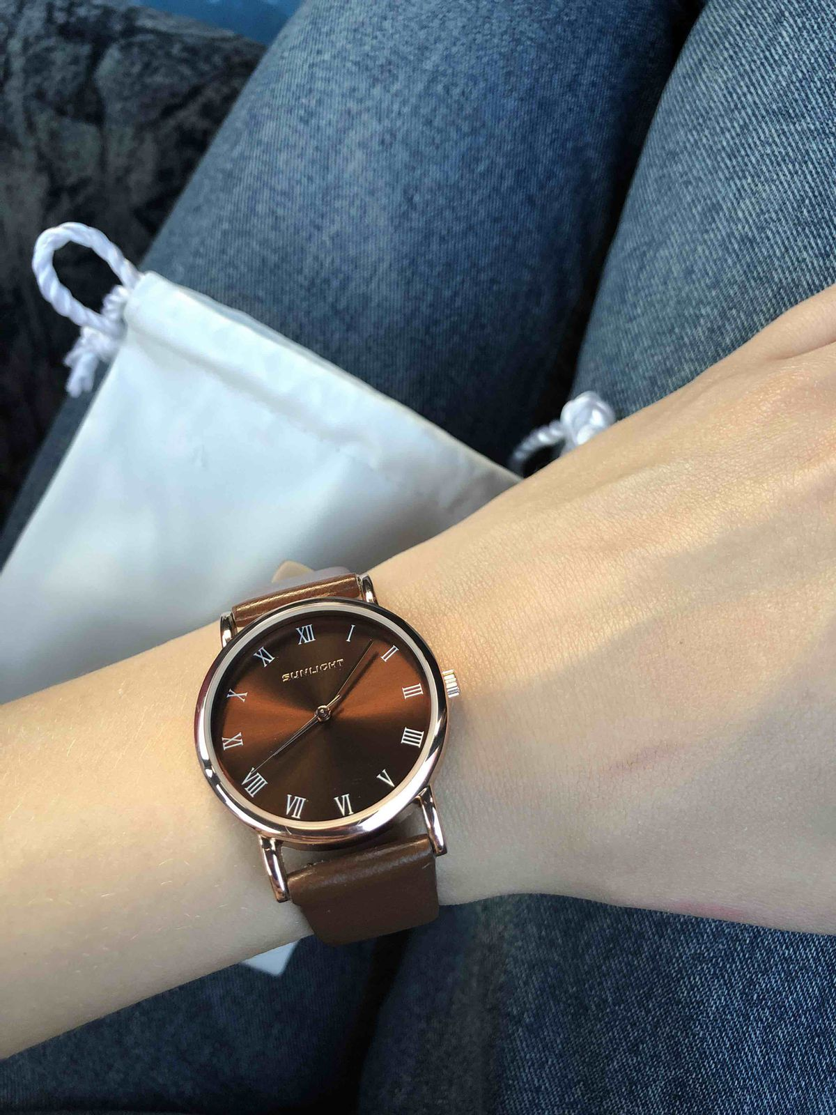 Женские часы , очень красивого коричневого цвета с золотыми стрелочками