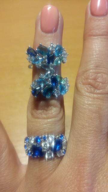 Камни сверкают, как бриллианты и сапфиры)))