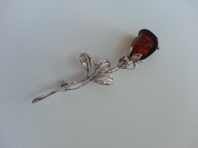 Красивая брошь с янтарной розой