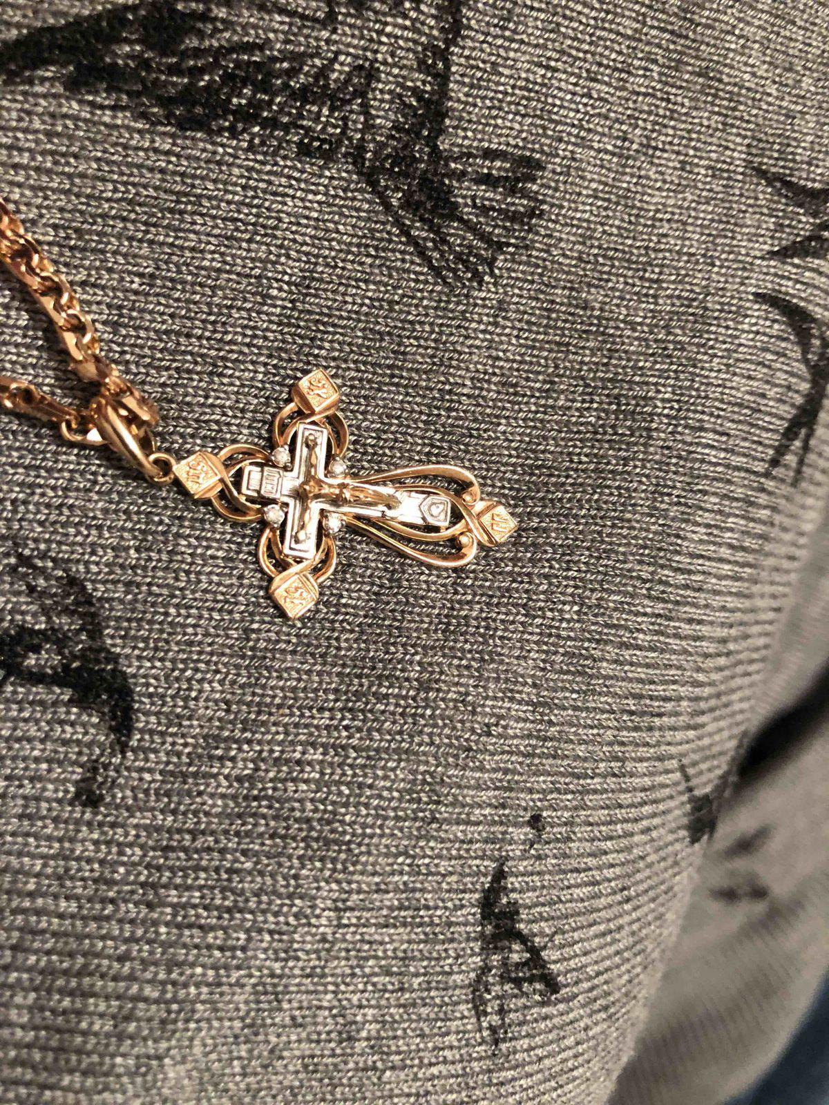 Шикарный крест, обворожительно отблескивают на солнце бриллианты
