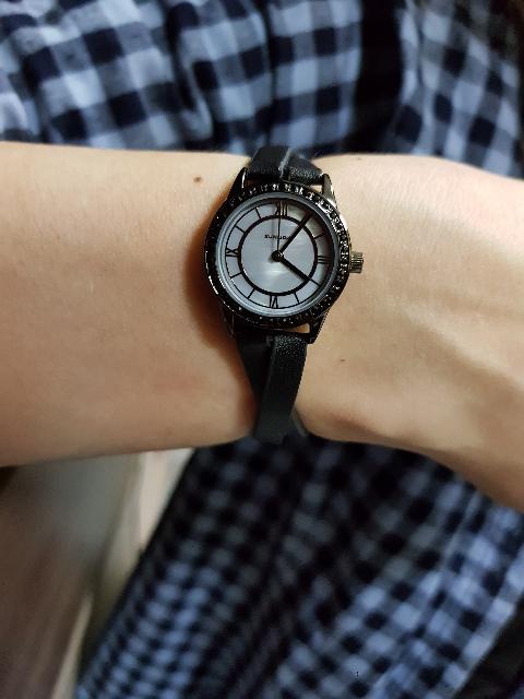 Женские часы на кожаном ремне.