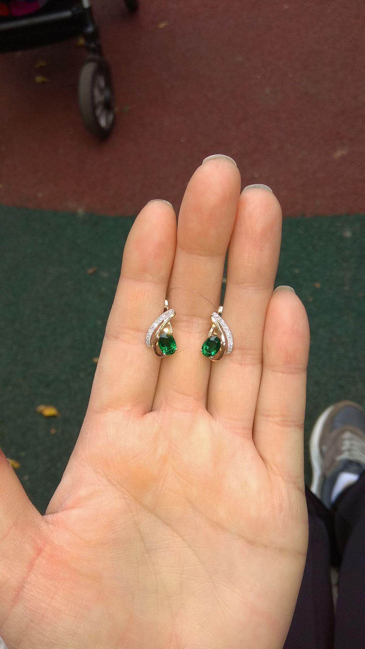 Серьги с изумрудами и бриллиантами.