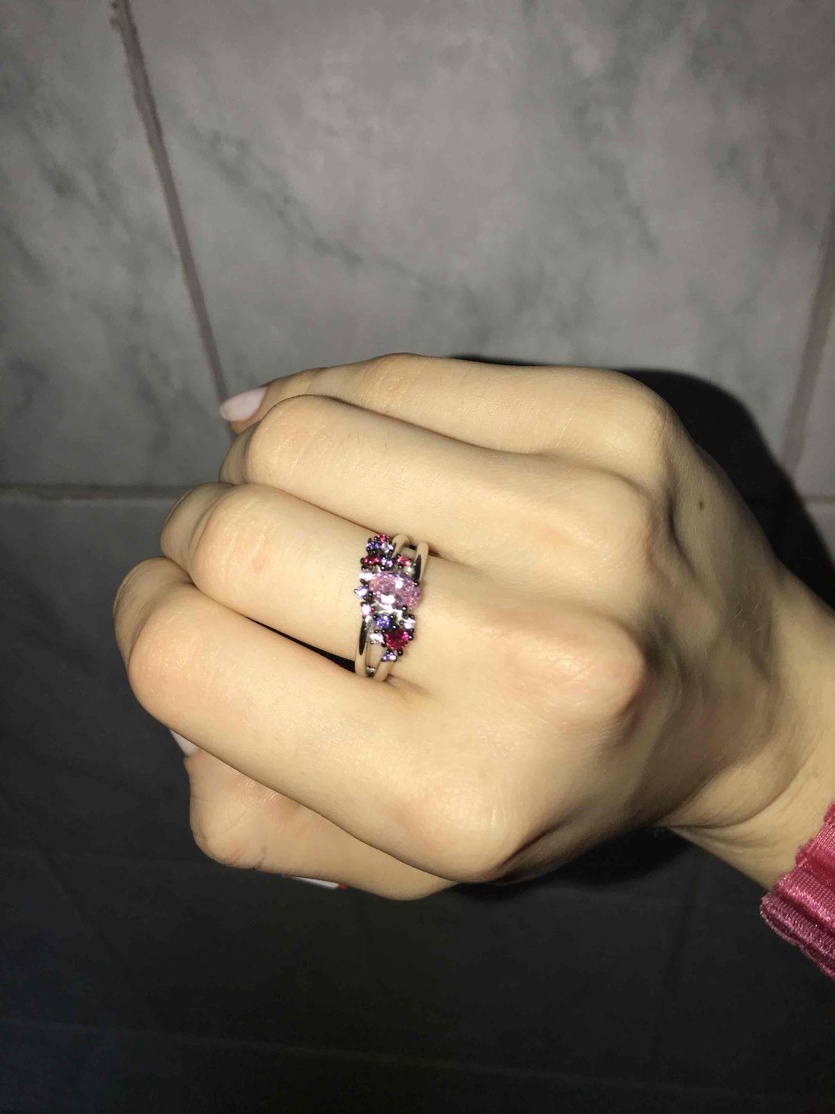 Кольцо со вставкой цветной фианит; корунд синтетический розовый.