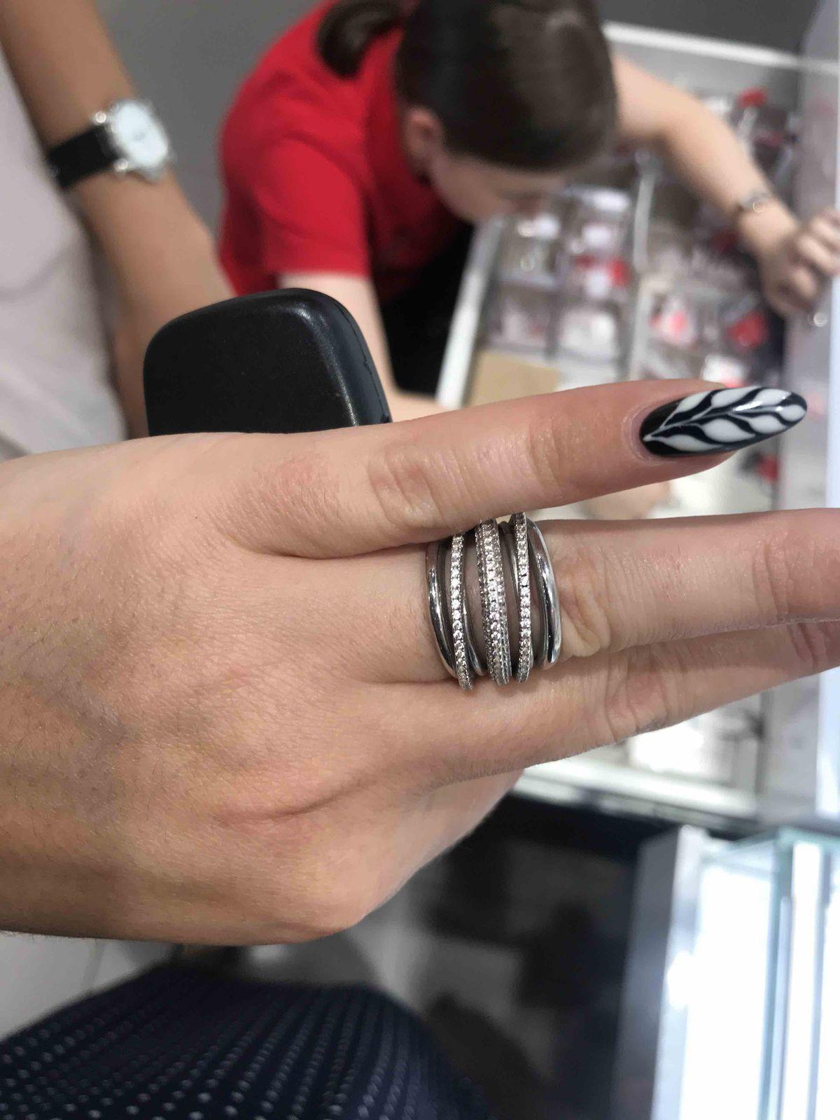 Великолепное кольцо! ношу не снимая, два месяца практически.