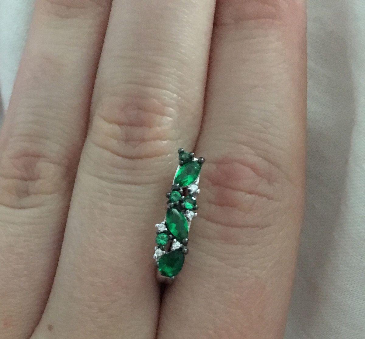 Серебряне серьги с зелеными фианитами
