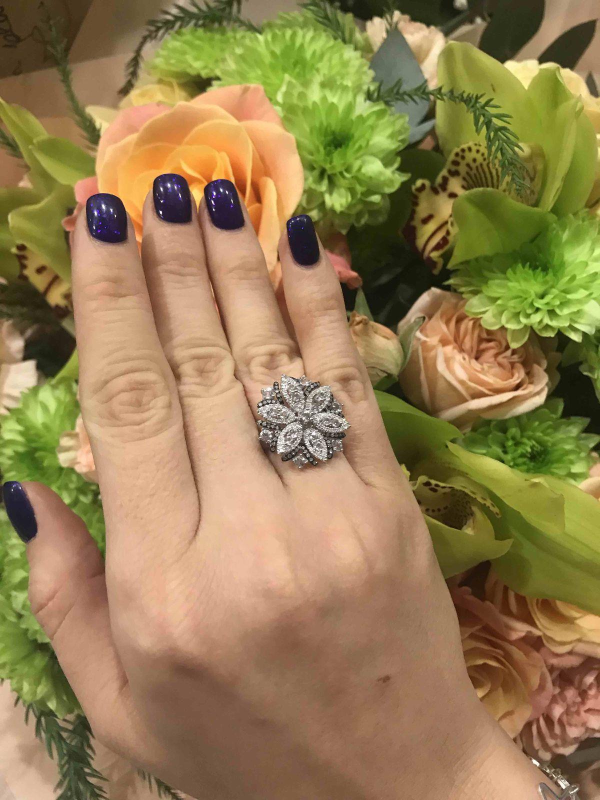 Золотое кольцо с брилиантами и топазами